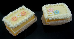 Fake Food Mini Cakes Yellow (pack of 2)